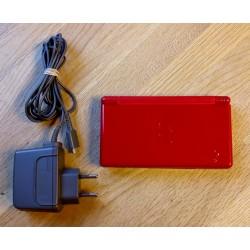 Nintendo DS Lite: Rød konsoll med lader