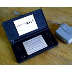 Nintendo DSi spillkonsoll med strømforsyning
