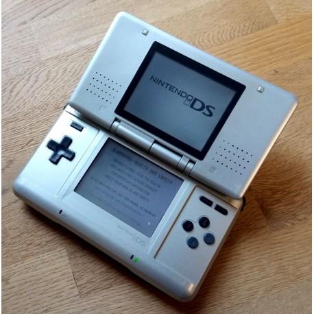 Nintendo DS spillkonsoll med strømforsyning