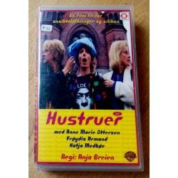 Hustruer III - En film fri for ansiktsløftninger og silikon (VHS)